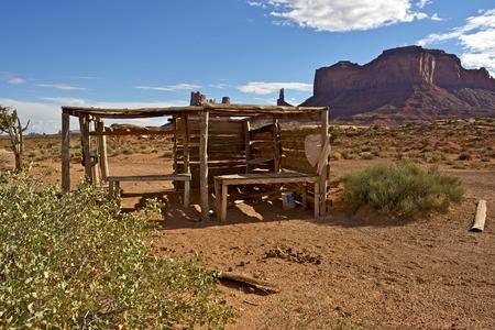 アリゾナ州ナバホー人の国家の先住民保留地風景には、小さなインディアンジュ エリー販売ブースが破損しています。