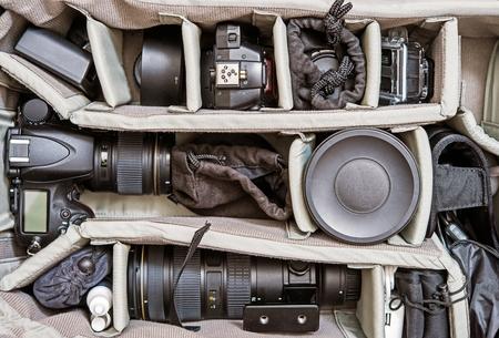 バックパックの写真撮影装置。プロのデジタル カメラ、レンズとカメラの付属品。