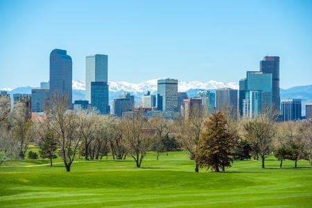 montañas nevadas: Sunny Denver Skyline. La primavera en Colorado. Horizonte de Denver y nevadas Montañas Rocosas.