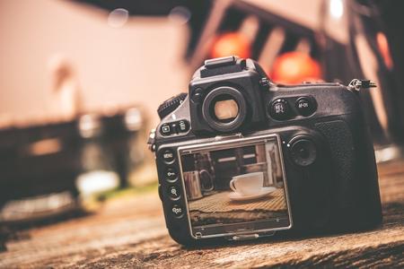 음식 포토 그래피. 화이트 커피 잔 사진 미리보기와 표를 가진 직업적인 디지털 카메라. 음식 사진 스튜디오.