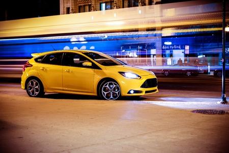 Stop Motion Concept Car. Excès de vitesse de mouvement flou trafic et jaune de voiture de sport garée sur côté de la route.