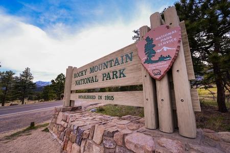 rocky mountain national park: Rocky Mountain National Park Entrance Wooden Sign. Estes Park Entrance. Colorado, United States.