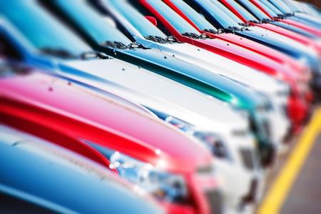 Kleurrijke auto's voorraad. Auto's te koop. Dealer Lot Cars Row.