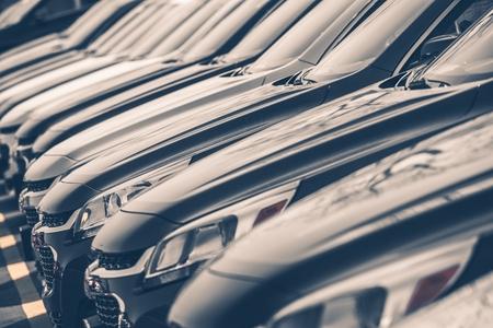 Voitures à vendre Stock Lot Row. Concessionnaire automobile Inventaire Banque d'images - 28400147