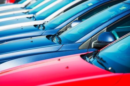 Moderne wagens in voorraad Autodealer Brand nieuwe auto's in een rij Stockfoto