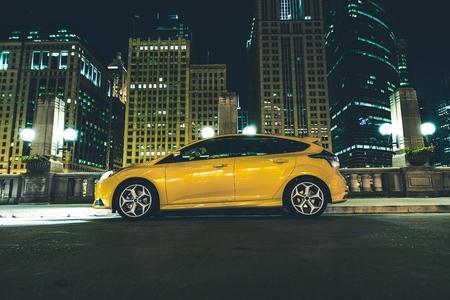 조명에 밤 시카고 시내의 주차 공간 다섯 문 노란 차 시내 주차 된 차 스톡 콘텐츠