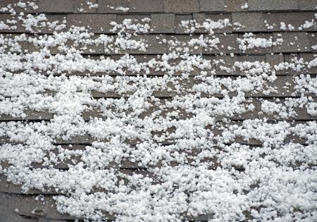 屋根の上のあられ。雹で重い嵐の後ルーフ クローズ アップ。