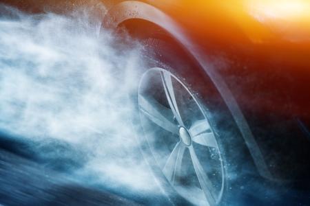 iluminacion: Pesado Driving Rain. Conducir Aquaplaning o hidroplaneo Concept. Rueda de coche en la tempestad de la lluvia.