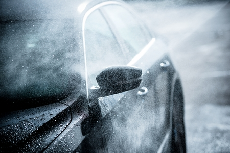 grading: Lavado de coches Gentle. Coche Compacto Moderno cubierta por agua. Dark Blue Color de clasificaci�n.