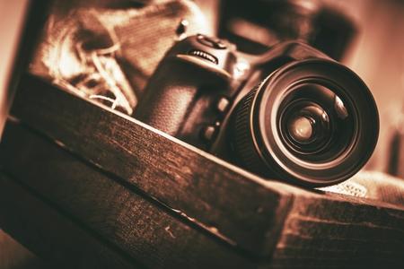 Digitale camera in het houten kistje. Vintage Concept.