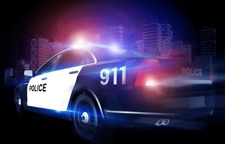 policier: Police Cruiser dans Rush avec City Skyline en arri�re-plan. Clignotant Voiture de police. Banque d'images
