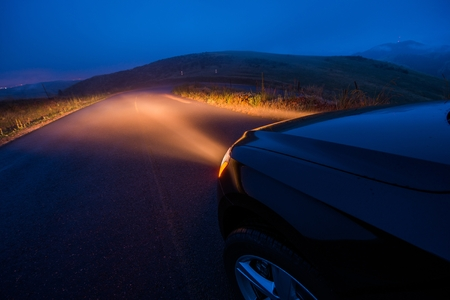 Driving in the Fog. Foggy Mountain Road Drive at Night. Stockfoto