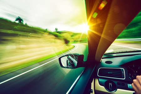 aandrijvingen: Rijden op de weg. Weg naar de zon Moderne auto rijden. Stockfoto