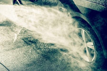 autolavado: Limpieza de ruedas de aleación de Uso de alta presión de agua. Car Wash Limpieza.