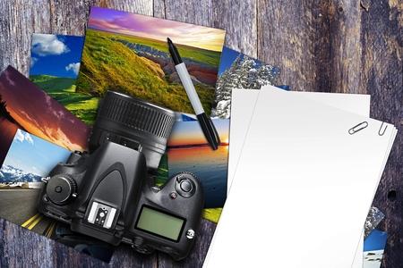 Fotograaf Bureau Illustratie met digitale camera, foto afdrukken en Blank White Papers. Aged Wood Desk Top. Top View. Stockfoto
