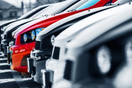El One. Elección de coches. Coches Stock con un único coche rojo. Un coche especial Foto de archivo - 30350665