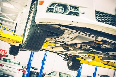 garage automobile: Levée d'entretien automobile. Entretien voiture sur l'ascenseur de voiture. Thème Auto Service.