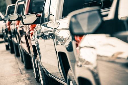 車交通のクローズ アップ。都市交通の概念。ピックアップ トラックのライン。 写真素材