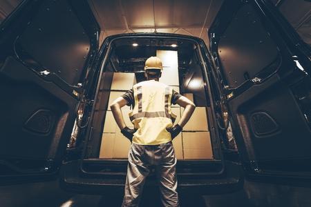 運輸: 大型廂式貨車與許多紙箱在等刷新。