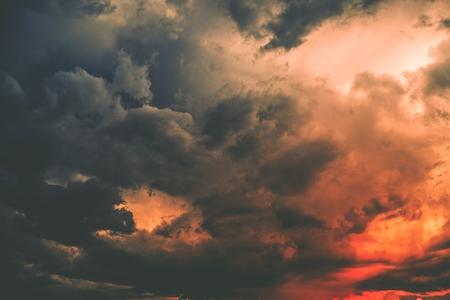 赤みを帯びた暗い嵐の雲。荒天時の写真の背景。