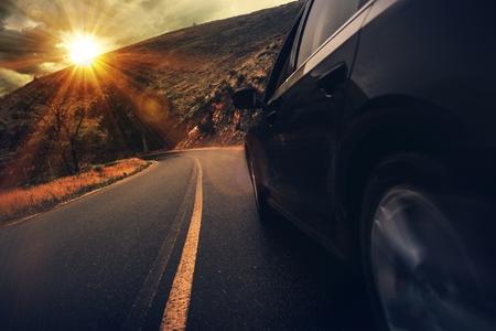 여름 고속도로 드라이브입니다. 석양 산악 도로 운전입니다. 스톡 콘텐츠