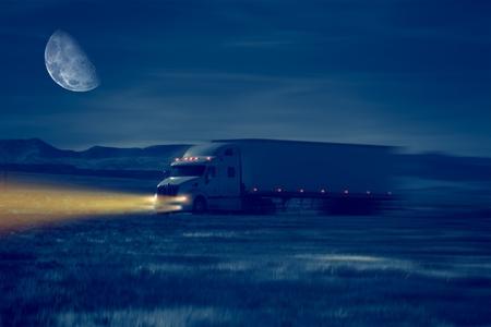 사막 지역에서 밤 트럭 드라이브. 운송 개념 그림.