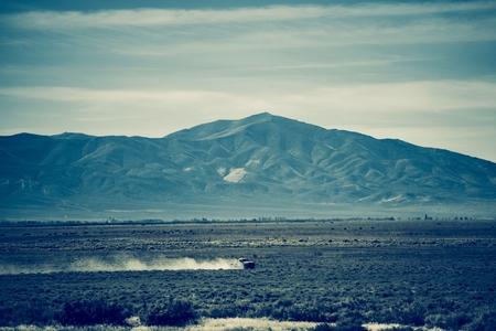 camioneta pick up: El exceso de velocidad Nevada Fama. Sandy Dirty labrantío Tierras. Azulado Tema de color clasificación. Foto de archivo