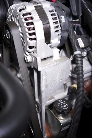 alternateur: �l�ments d'alternateur dans une voiture moderne. Alternateur et le moteur de voiture. Banque d'images