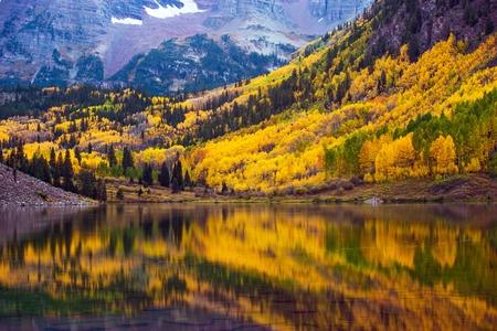 Automne dans le Colorado, Bordeaux Lac et Forêt coloré. Jaune arbres Aspen. Aspen, Colorado, USA.