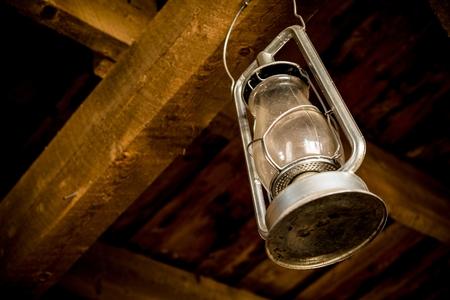 ahorcada: Velón ahorcado en el granero de madera. Vintage linterna Primer.