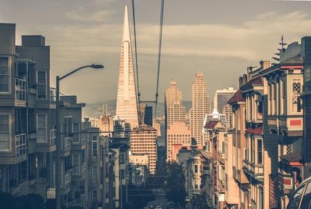 거리에서 시내 고층 빌딩으로 석양 샌 프란 시스 코 도시. 샌프란시스코, 캘리포니아, 미국. 샌 프란 시스 코 아키텍처에서 빈티지 컬러 그레이딩입니