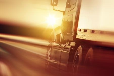 고속도로에서 트럭 과속 스톡 콘텐츠
