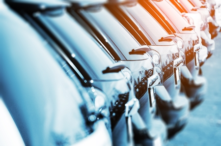 rows: Brand New Cars Te Koop op een Rij