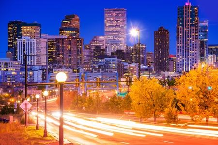 Denver Evening Traffic - Denver Commute After Dark, City in Motion Standard-Bild