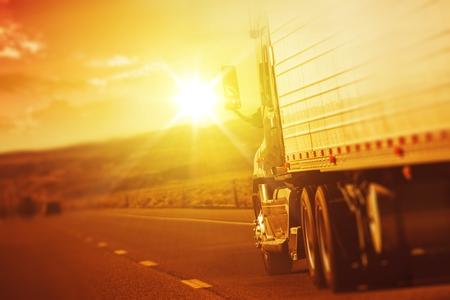 camion: Semi carro moderno en Movimiento Foto de archivo