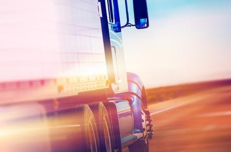 ciężarówka: Przyspieszenie amerykański Semi ciężarówka na autostradzie. Logistyka i transport amerykańska.