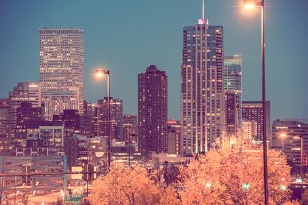 밤에 덴버시입니다. 시내 덴버 고층 빌딩입니다. 미국.