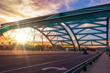 Speer Boulevard brug bij zonsondergang. Brug Verkeer. Stad van Denver, Verenigde Staten.