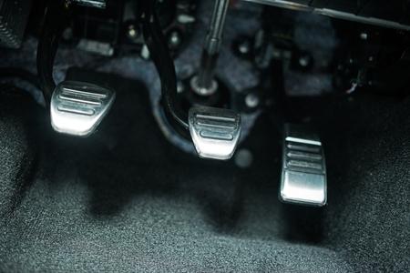 車のペダル。現代の車のクラッチ、ガス、ブレーキ ペダルのクローズ アップ。