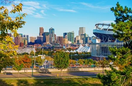 コロラド州デンバーの都市景観。デンバーのダウンタウンのスカイラインと、マイル ・ ハイ ・ スタジアムコロラド州、アメリカ合衆国。