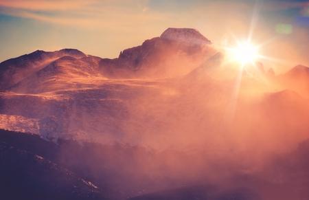 montañas nevadas: Soleado Invierno paisaje de montaña con soplar la nieve. Montañas Rocosas de Colorado, Colorado, Estados Unidos.