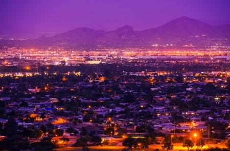 Suburbios Phoenix Arizona en la noche. Phoenix, Estados Unidos. Panorama de la ciudad. Foto de archivo
