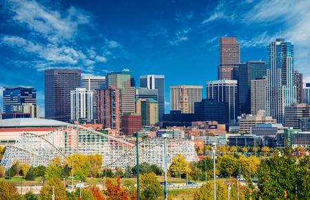 晴れた日にデンバー コロラド州、アメリカ合衆国。ダウンタウン デンバーの街のスカイラインと青い空。 報道画像