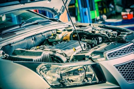 mecanico: Reparaci�n de coches. Coche compacto moderno con Open Hood. Coche Bajo mantenimiento.
