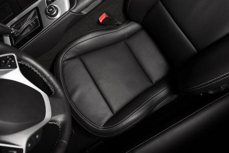 asiento coche: Asiento conductor Foto desde arriba. Negro de cuero del interior del coche. Conducir Tema.