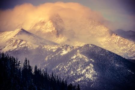 estado del tiempo: Paisaje de invierno de Colorado. Monta�as Rocosas bajo nieve. Foto de archivo