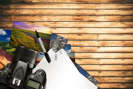 Fotograaf Desk Illustratie. Digitale Camera en Sommige Drukken op de houten bureau. Digitale fotografie Concept.
