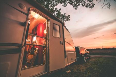 verano: Viaja remolques Camping. RV tem�tico de viaje. Tarde en RV. Vintage etalonaje.