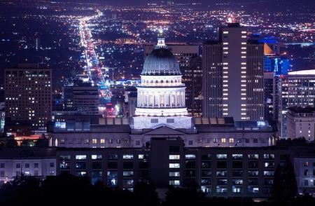 ソルトレイクシティのユタ州の国会議事堂の建物。夜時間のパノラマ。