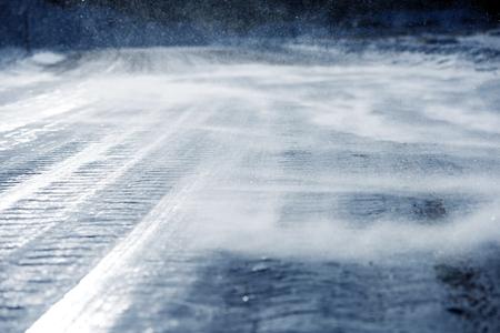 Icy strada con accumulo della neve del primo piano. Dangerous Icy Viabilità. Archivio Fotografico - 36422525